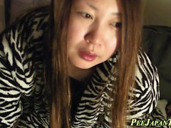 Japanische Teen pinkelt in Dose