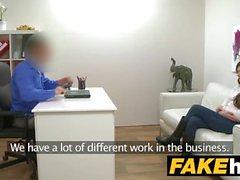 Agente Fake italiano gosta de ser fodido duro no sofá