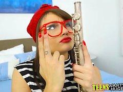 Kåt kille lär tonåring hur man spelar flöjt med hans kuk