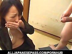 Anno Kiriya se desnuda mientras chupa penes y se cum
