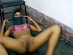 joven muslima me muestre chochos y cuerpo a través de Skype