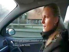 Impertinente Neoarrivato bionda prende contanti per succhiare cazzo in automobile
