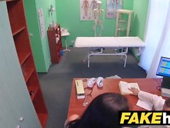 Médicos de hospital falsos polla gruesa se extiende labios de la vulva portugués calientes