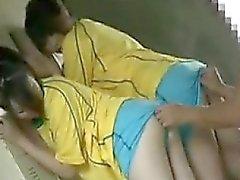 Glücklicher Kerl hat zwei hinreißende Mädchen arbeiten, um ihre Münder auf h