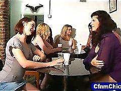 CFNM hotties için bir garson humilate