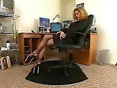 Tesão secretário meia-calça preta solo de saltos altos