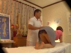 Mujer japonesa engañando con masajista en spycam