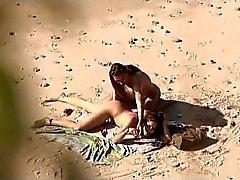 Mirone na praia pública . A quente Mulher alguns relações sexuais novamente