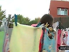 Naakte hete Ivana wrijven haar wellustige kale kut buitenshuis