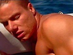 Leidenschaftliche analen Pumpen on the yacht mit der bemuskelt Bolzen