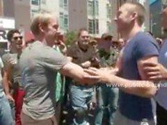 Homem submisso e gay é vendado e fodido na boca por dois galos , ao mesmo tempo