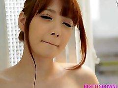 Peituda a masturbação asiática depois do banho
