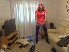 Red PVC Krankenschwester Outfit und Shiny Black Schrittgurt Stiefel