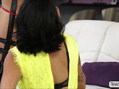 Hot tgirl Jessica fucking une chatte teen