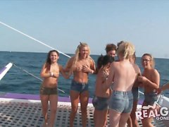 Echt Teenager an der Yacht-Party