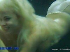 Blonde Spermaid saugt und fickt unter Wasser