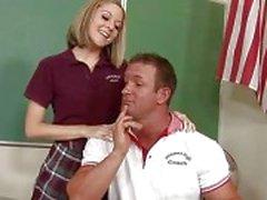 Brutal man neukt een meisje