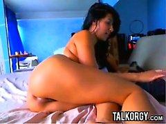 Татуированная Латина Идеальный Ass играющая в веб-камера