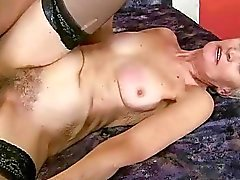 Mamie à remous reprend exhibe sa chatte poilue fucked