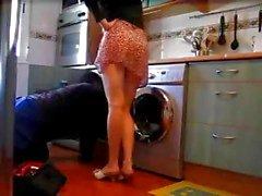 eenzame huisvrouw knippert loodgieter