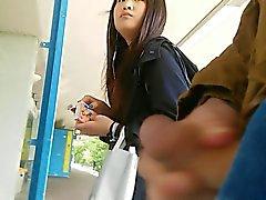 Menina asiática toma uma olhada