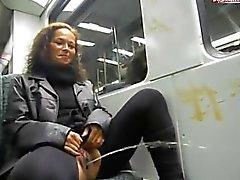 Alemão slut leva uma mija em um trem