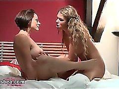ragazze lesbiche di brutte divertirsi sul letto dall'altra1