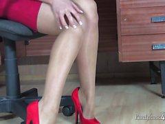 Blonde играет с ее киске в офис