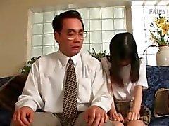 Verlegen Aziatische tiener gestraft voor een slechte zaak gedaan te hebben
