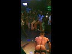 Mies stripparin alttiina näytetään hänen asshole julkisesti