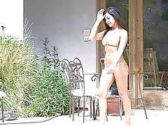 Di annalisa amazzonica sexy con la un corpo sublime in bikini che prende il sole e la giocherellando vagina all'aria aperta