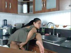 T-fille à la cuisine