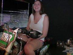 Beth stripping desnudo en motocicletas con su culo malo grandes titties