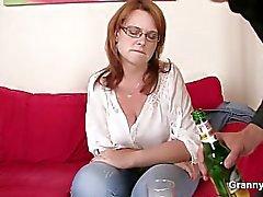 Drunk Mutter wird ihr zu entreißen gebohrte