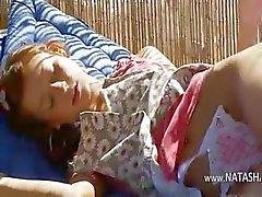 Russische schoonheid Natasha met roze dildo