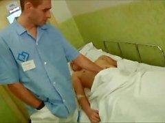 Arzt nutzt männlichen Patienten