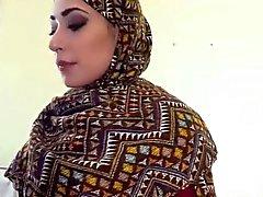 Mujer árabe obtiene su coño peludo follada