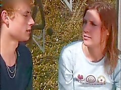 Junge Paar lieben im Freien im Wald