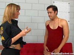 Mec obtient féminisée et cul baisée en prison par le poussin