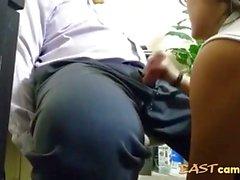 asiatisk praktikant suger av boss
