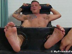 Tied up hunk tickled av hans fötter älska mogna vänner