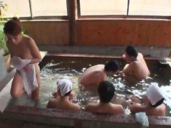 Um Kundinnen kam in einem Handtuch in heißem Wasser