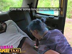 Mujer taxi falso pollito emo atractivo en la cabina cogida anal