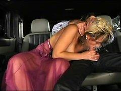 Stepmom baise le chauffeur de limousine et elle n'a pas