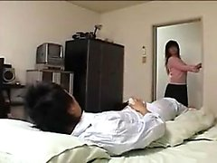 Curvaceous asiatisk babe glädjer en kuk med sina stora bröst och