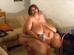 Minni el Mucha tiene el momento de la verdad y la cerveza bebida desnuda