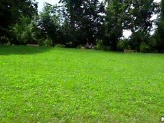 Bambina calda della ceche ottiene pestate del parco