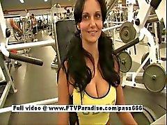 Mooie Busty brunette meisje knipperen in de sportschool