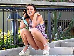 Adolescente Lana precisa para fazer xixi
