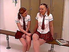 Двое подростки пирожные по школьница униформы получить свою уродца на в раздевалках